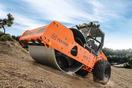 Compacting a gravel base layer using a single-drum compactor from HAMM.
