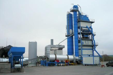 Usine de 160 t / h avec silo de stockage de matériaux mélangés en deux compartiments, capacité totale de 56 t et chargement direct de 8 t.