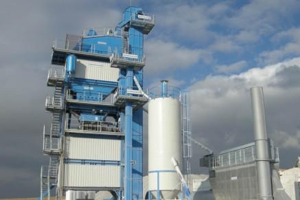 Usine de 240 t / h avec stockage de matière mélangée d'une capacite de 50 t montée sous la section de mélange. L'usine complète est érigée sur des fondations en acier réutilisables.