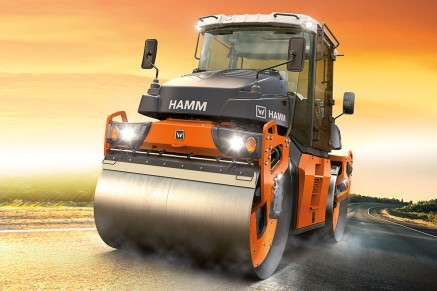 HAMM DV rollers compacting a 3-cm-thick surface course by oscillation.