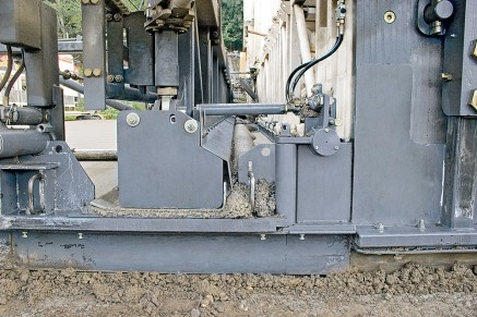 The heavy-duty finishing beam smoothes the surface across the entire width