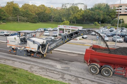 Preparatory milling followed by the placement of a thin cold layer – the economical way to restore grip to a roadway.