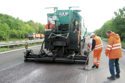Mixing and laying machines spread the mixture for the thin cold layer over the fine-milled surface with Vario screeds.