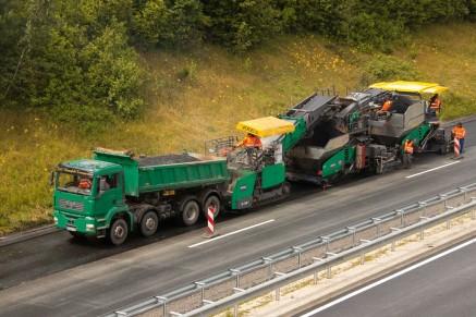 Les trois machines qui composent le train InLine Pave® - alimentateur mobile, fninisseur de couche liante et finisseur de couche de surface.