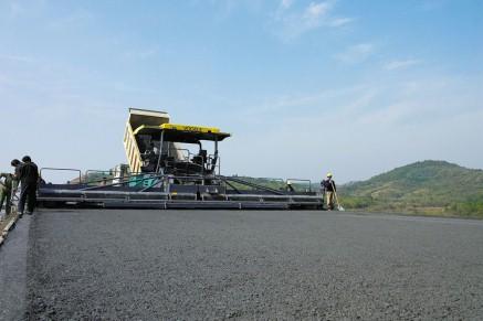 Mise en place d'une couche de base avec un finisseur hydraulique VÖGELE.