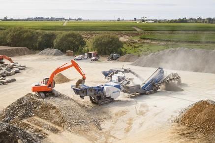 Le MC 110 Z dans une combinaison d'unites avec le MCO 9 et l'unite de criblage MS 16 Z écrasant et criblant de la pierre naturelle en Nouvelle-Zélande.