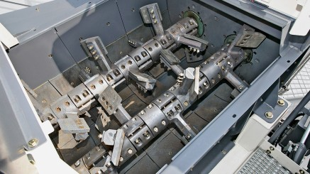 Les installations mobiles de recyclage à froid sont équipées d'un mélangeur obligatoire continu à double arbre. L'usine de mélange peut fonctionner sans arrêt, produisant ainsi en continu un mélange à froid.