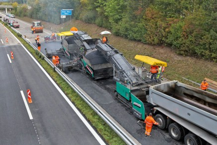 Binder and surface course are paved in a single pass: the roadway was rehabilitated in next to no time thanks to the InLine Pave® process