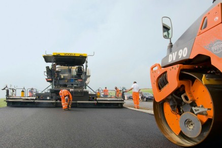 """Compaction technology from Hamm ensures an optimum bond between the two layers following """"hot-on-hot"""" paving."""