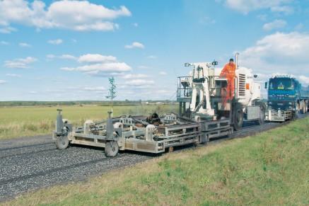 La machine de chauffage du panneau se déplace en avant, en chauffant doucement les cours bitumineux.