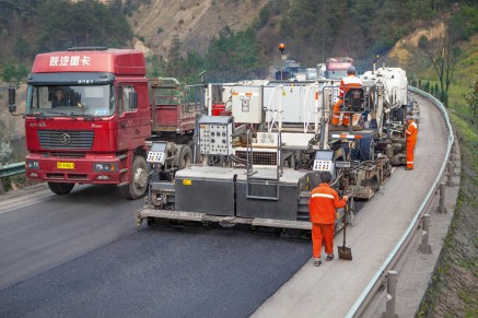 Rapid rehabilitation in a single pass – traffic flows alongside the moving job site.