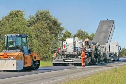 En fonctionnement dans le monde entier: le Remixer 4500 dans Omsk - recyclage à chaud d'une route urbaine.