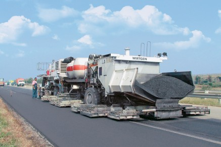 In operation worldwide: the Remixer 4500 in Belgrade – general overhaul of a motorway contract section.