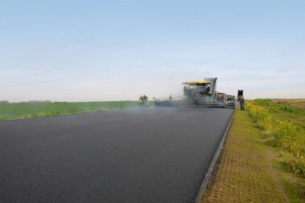 Large-scale construction projects can be completed swiftly and asphalt pavements laid seamlessly across the greatest widths with a laydown rate of up to 1,600 t/h and a pave width of up to 16 m.