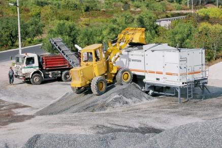 Une application typique: le KMA 220 est positionné à proximité immédiate de la zone de stockage du matériau.