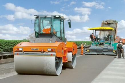 HAMM rollers compacting the cold-recycled base course by oscillation.