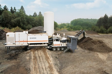 Stockpiling is particularly suitable for mixes produced with foamed bitumen, as these can be stored over extended periods of time.