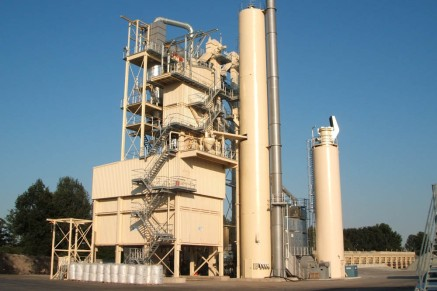 Une unite stationnaire de mélange d'asphalte est construite à partir d'unités de conteneurs robustes. Les passerelles et les grands escaliers autour de l'usine permettent un accès et une maintenance faciles.