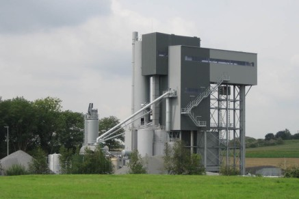 Stationary asphalt mixing plants have an individually tailored housing adapted to the local environment and the site.