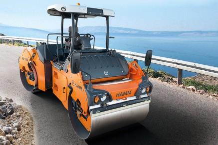 Les petits rouleaux en tandem manoeuvrables avec des poids de fonctionnement allant de 1,4 à 4,2 tonnes impressionnent par leur grande puissance de compactage.