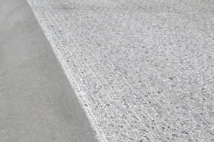 La précision de la surface et la prise de la chaussée sont restaurées de cette manière.